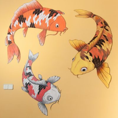 Dibujo sobre pared de carpas amarillas, naranjas, blancas, rojas y negras. Orange, yellow, white, black koi illustration on the wall.
