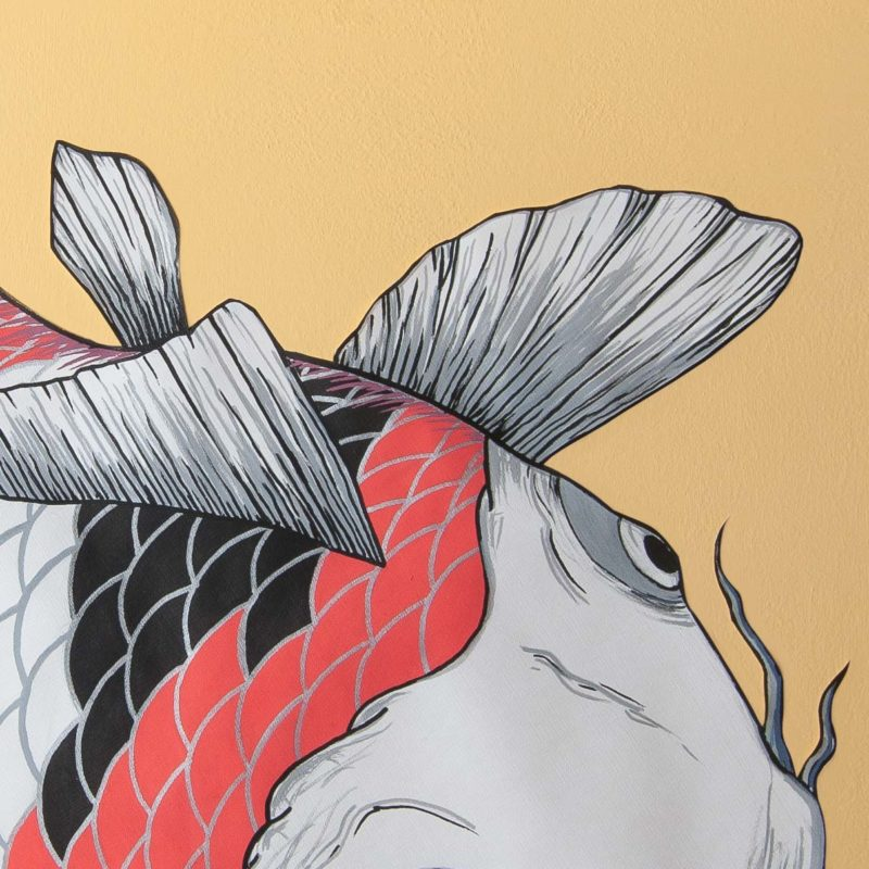 Detalle aletas y cabeza de carpa roja, blanca, gris y negras. Fins and head detail of red, white, grey and black koi illustration on the wall.
