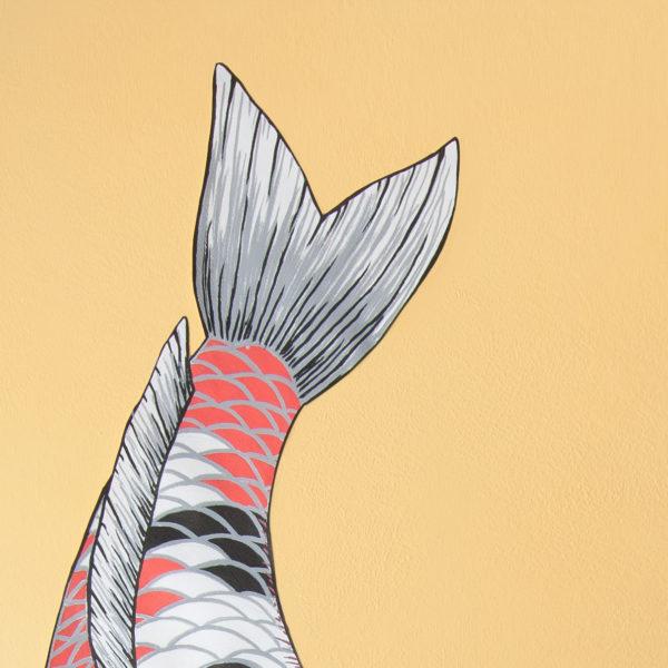 Detalle aletas y cola de carpa roja, blanca, gris y negras. Fin tail detail of red, white, grey and black koi illustration on the wall.
