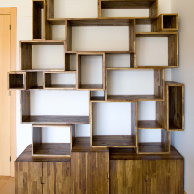 mueble irregular salón, de acacia alistonada